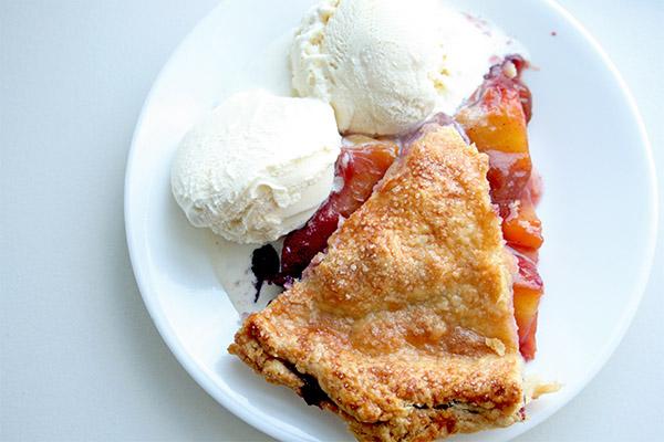 Peach_blueberry_pie_2