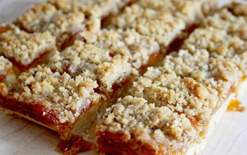 Apricot jam crumble bars | www.gottagetbaked.com